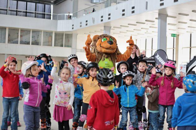 Děti se lvem Alexem na Megatestu bruslí a koloběžek 2018