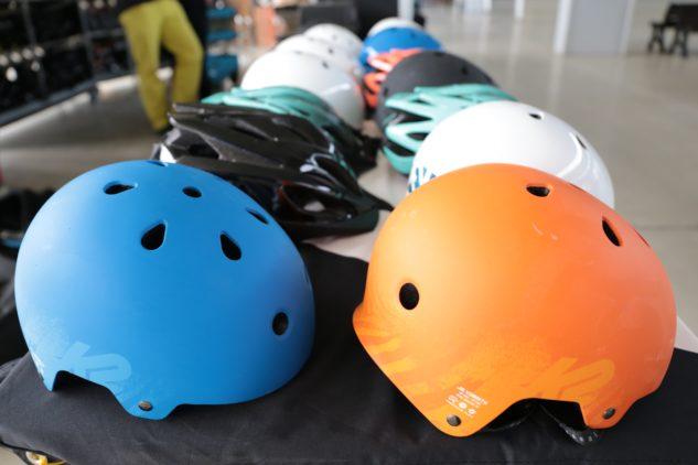Díky široké paletě barev a tvarů zaručeně najdete helmu pro sebe i vaše děti.