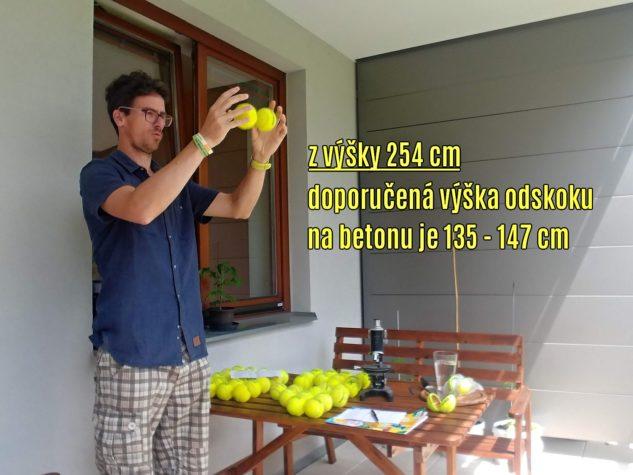 Při spuštění míčku z výšky 254 cm (100 palců) na betonový povrch by jeho odskok měl dosahovat hodnoty 135–147 cm.