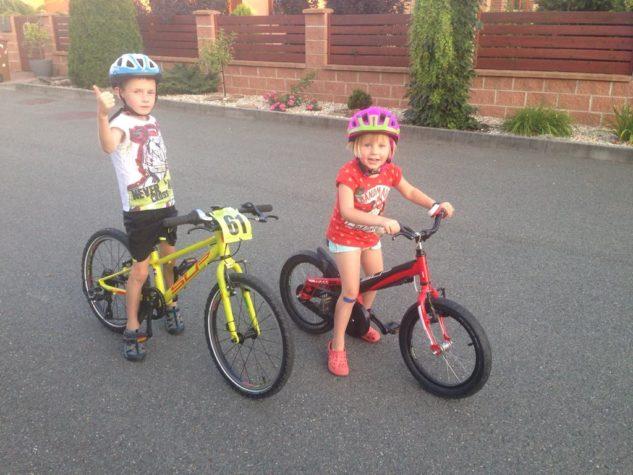 Tomáš už má kolo s přehazovačkou, Laura zdědila Tomovo starší kolo bez přehazovačky.