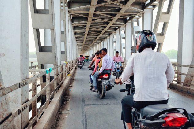 Indické děti na motorce