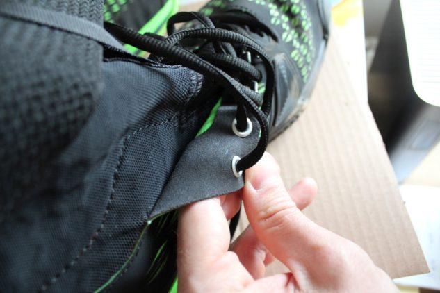 Sedmá dírka na protažení tkaniček by se botám Wilson Amplifeel 2.0 Clay hodila