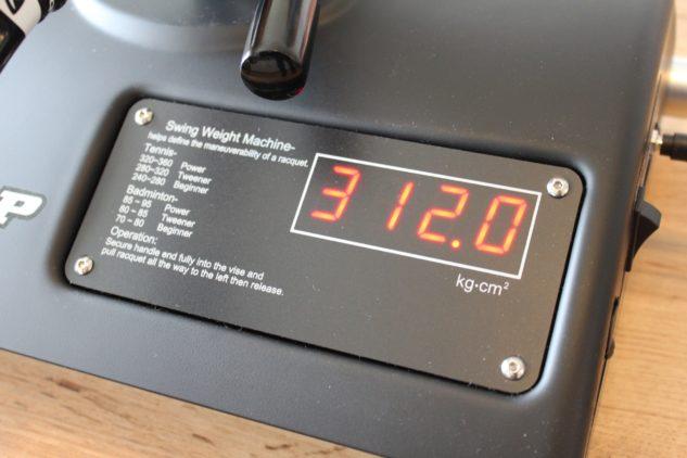 Detail displeje stroje na měření švihové hmotnosti.