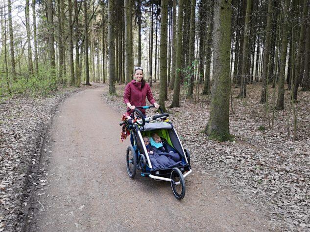 Cyklovozík Thule Chariot Sport 2 zvládne procházky i sportování mimo město.