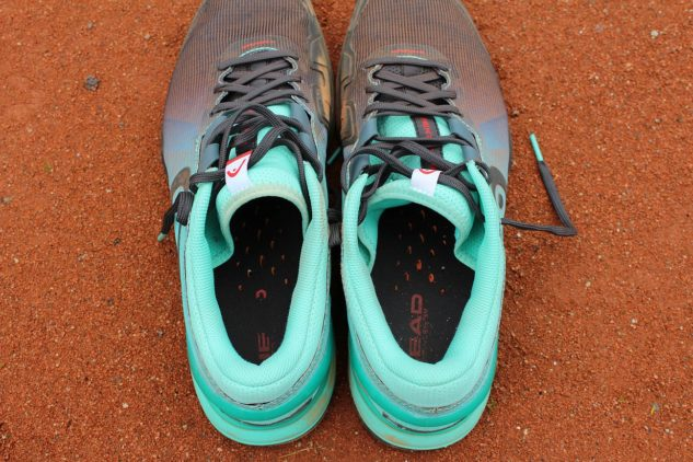 Bacha na odtrhnutí záslepky k odvětrávání, skrze průduchy by se vám mohla dostat do boty antuka.