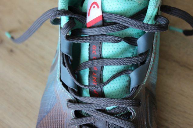 Klasické ploché tkaničky nejsou nejlepší volbou. K tenisové obuvi Head si oblečte raději tlustší ponožky.