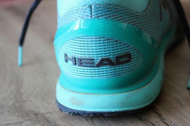 Rámeček z TPU zpevňuje patu tenisové boty.