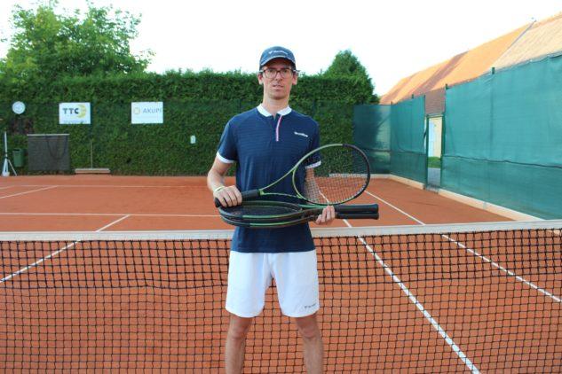 Michal Bayerl s tenisovými raketami Wilson Blade v8.