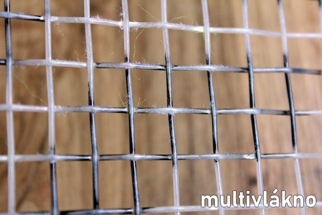 Multivláknové tenisové výplety poznáte podle třepení strun.