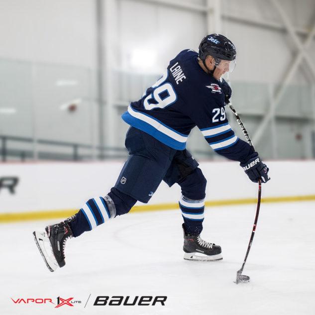 Patrick Lane s hokejkou Bauer Vapor 1X Lite