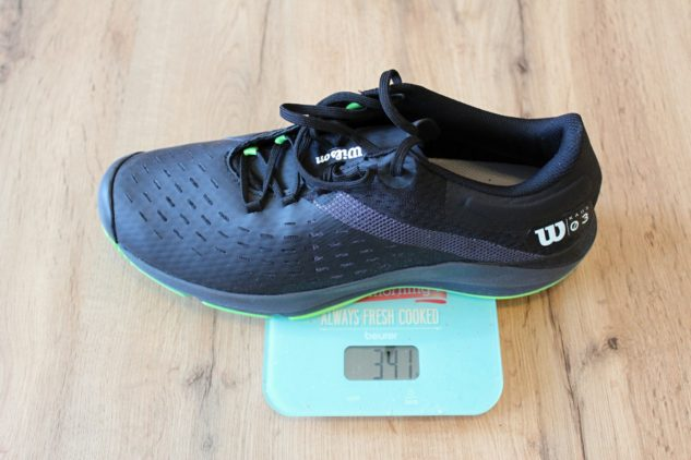 Ultralehký model Wilson Kaos 3.0 Clay váží ve velikosti 45 1/3 pouze 341 gramů.