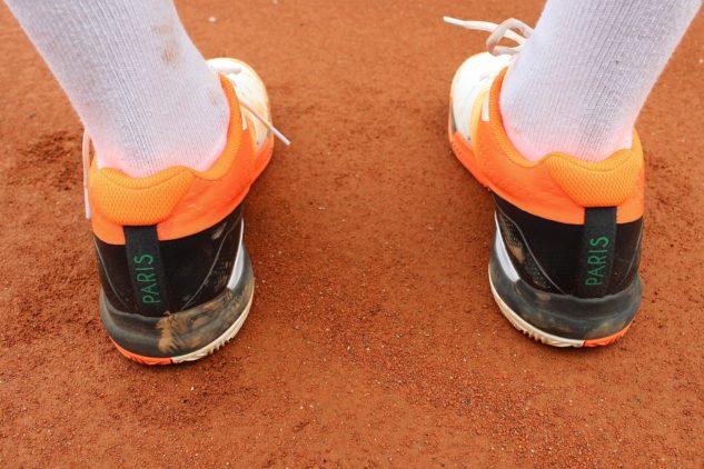 Vzadu místo tradičního nápisu Wilson najdete Paris podle místa konání antukového Grand Slamu.