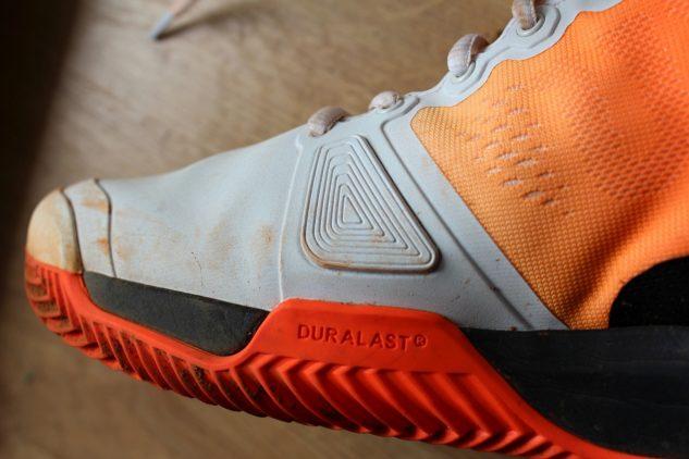 Ani u tenisové obuvi Wilson Rush Pro 3.0 Clay nechybí ochrana proti prodření v oblasti palce.