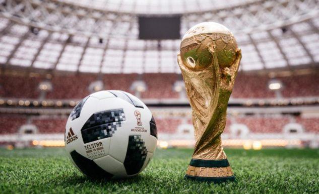 Oficiální míč Telstar a trofej pro vítěze Fifa World Cup 2018
