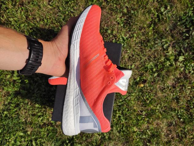 Svršek běžeckých bot adidas Boston 8 je lehký a prodyšný.