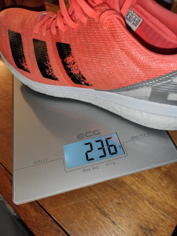 Bota adidas Boston 8 váží ve velikosti 43 1/3 pěkných 236 gramů.