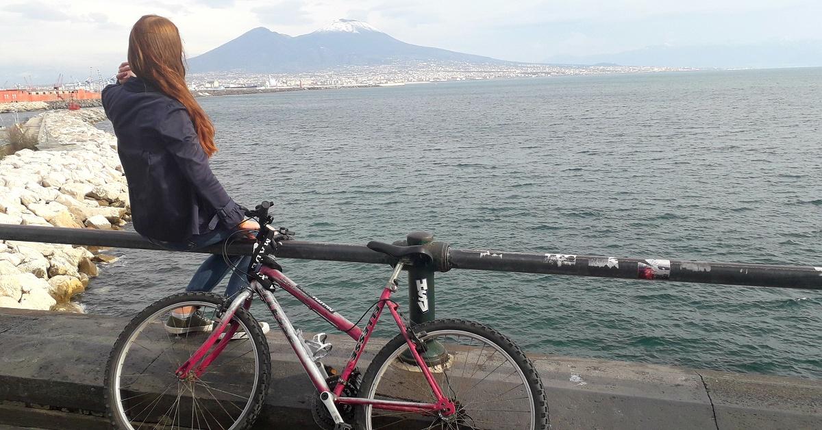 Bára koloběžka v Neapoli pod Vesuvem