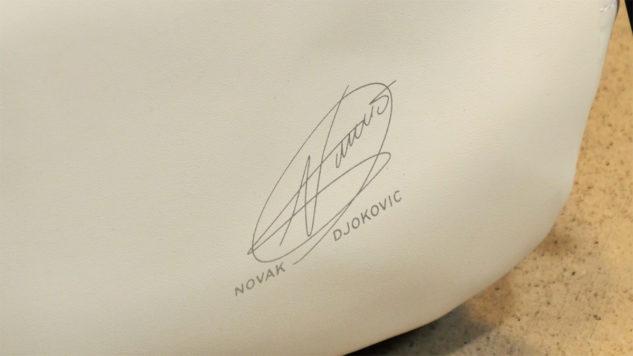 Taška Novaka Djokoviće potěší jeho fanoušky autogramem.
