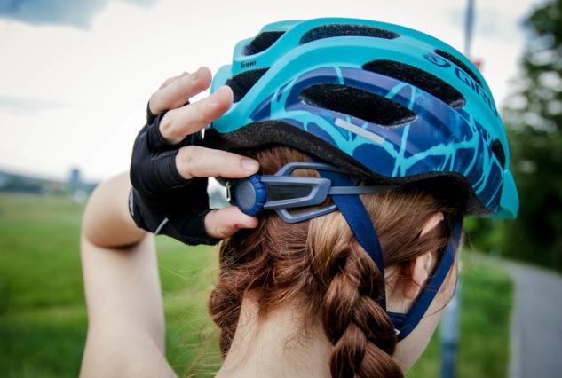 Pokaždé zkontrolujte, že máte helmu pořádně utáhnutou.