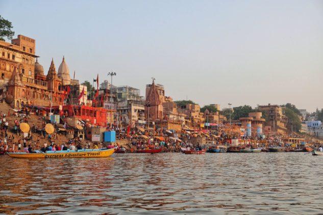 Pobřeží řeky Gangy v postvátném městě Váránasí