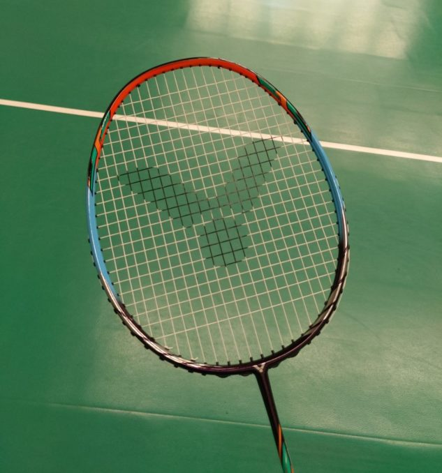 pestrobarevný design badmintonové rakety Victor Auraspeed 70K
