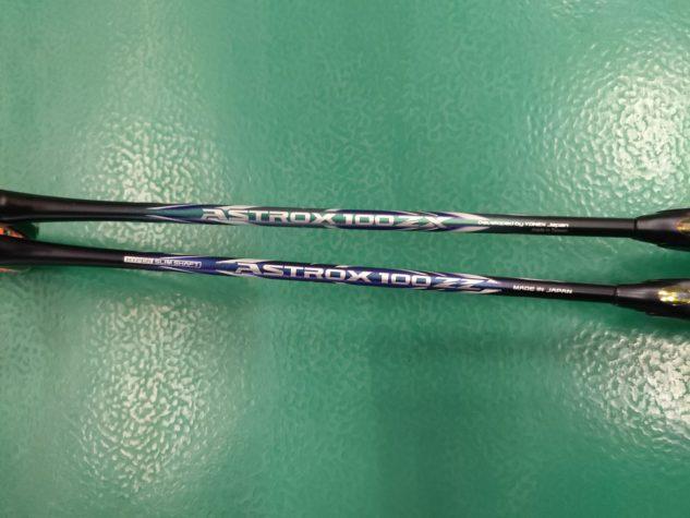 Design badmintonových raket Yonex Astrox 100 se liší v podstatě jen v barvách, takže je na první pohled poznáte.