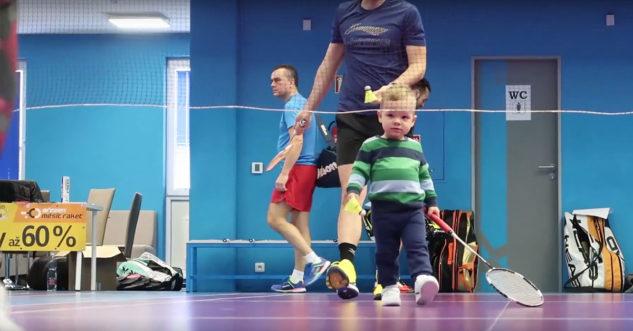 Chlapec na testování badmintonových raket