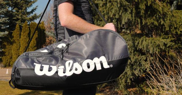 Tašku na rakety Wilson Team 2 hodíte pohodlně na rameno